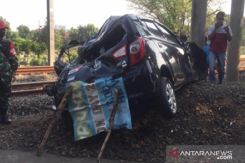 Taksi daring dikemudikan perempuan terserempet kereta di Tanah Kusir