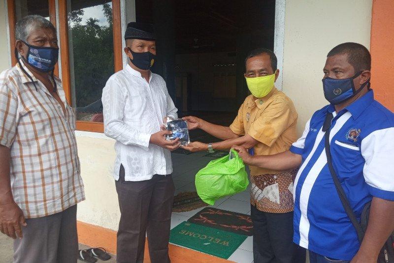 Ratusan masker dibagi PWI Agam-BPJS Kesehatan ke jamaah shalat Jumat