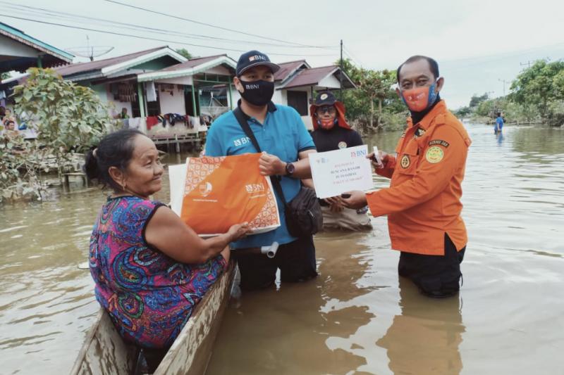 Gandeng TRC-Pramuka, BNI Putussibau salurkan bantuan korban banjir