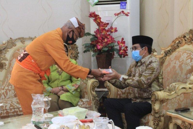 Kedatangan Menteri Desa di Gorontalo disambut adat Mopotilolo