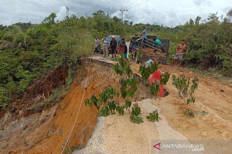 Jalan hampir putus di Aceh Singkil dampak longsor akibat hujan deras