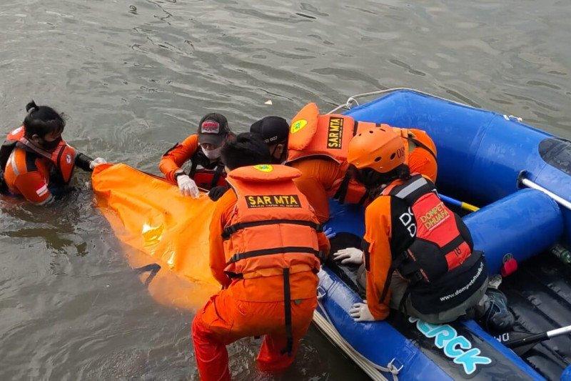 Tim SAR evakuasi jasad remaja tenggelam di Kali Ciliwung