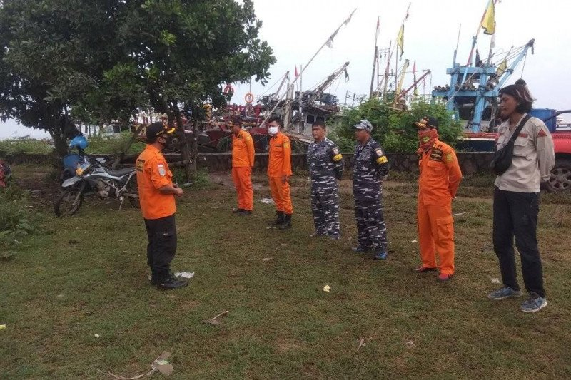 Tim evakuasi sisir nelayan hilang diterjang gelombang tinggi di Lebak