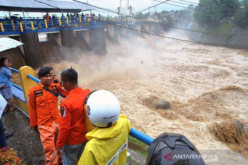 Anies minta warga di bantaran Ciliwung bersiap hadapi air dari hulu