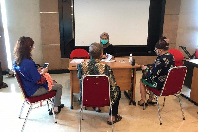 Nasabah lansia cairkan dana pengembalian dari Koperasi Indosurya