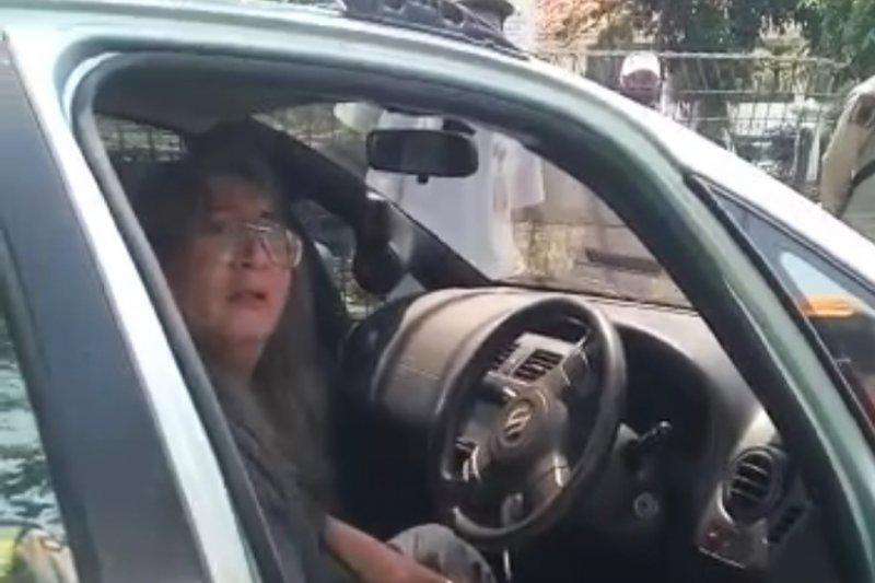 Petugas tertabrak saat pengendara terobos pos pengawasan di Cakung