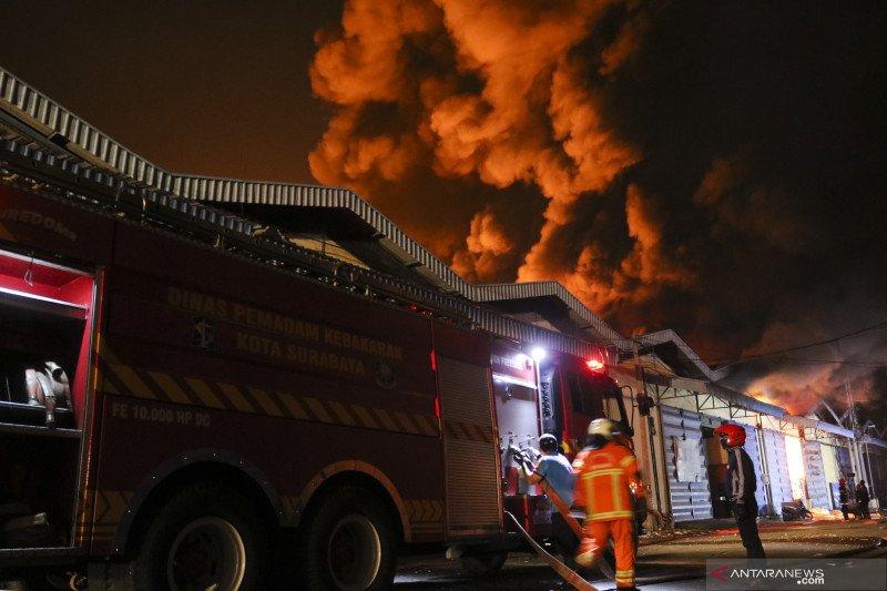 Tiga gudang terbakar di Surabaya