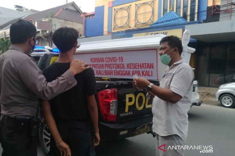 Polisi Medan sosialisasi bahaya COVID-19 dengan membawa peti mati