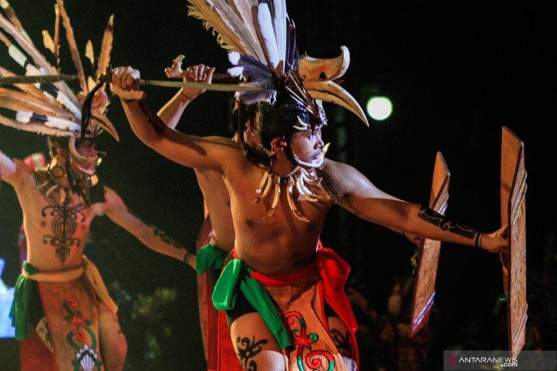Pagelaran tari dan teater kolosal Dayak Kalteng