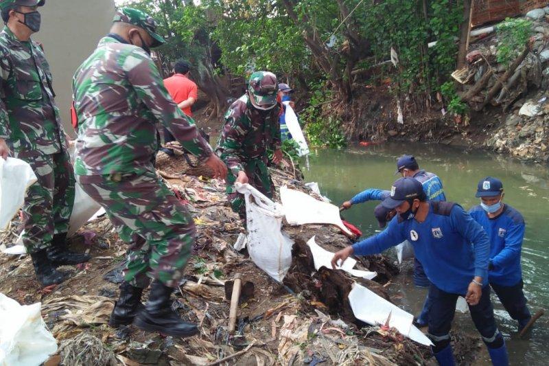 Tiga Pilar Jaksel bersihkan Kali Mampang hadapi musim hujan