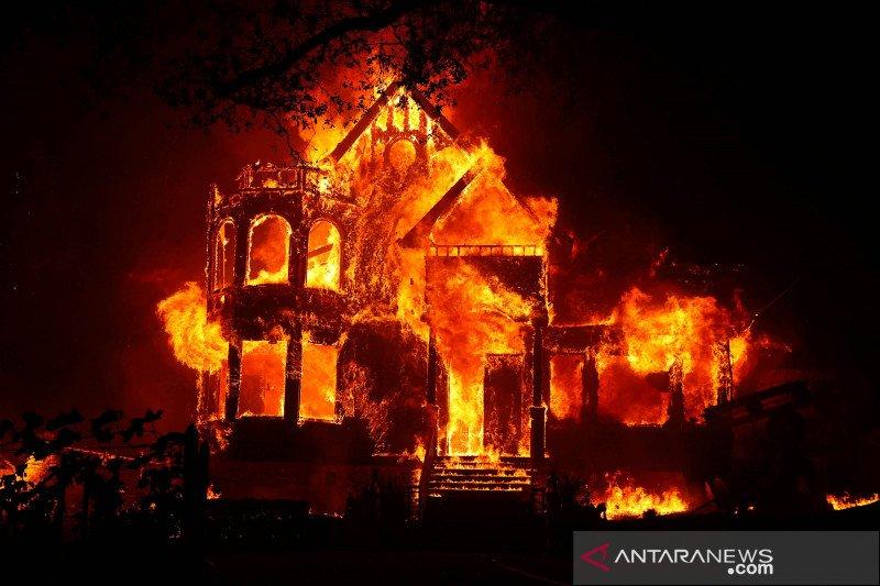 Kebakaran di California sebabkan tiga orang tewas, ribuan dievakuasi