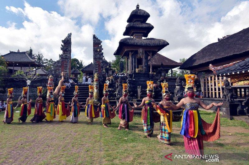 Pentas tari rejang pada perayaan hari raya Kuningan di Bali