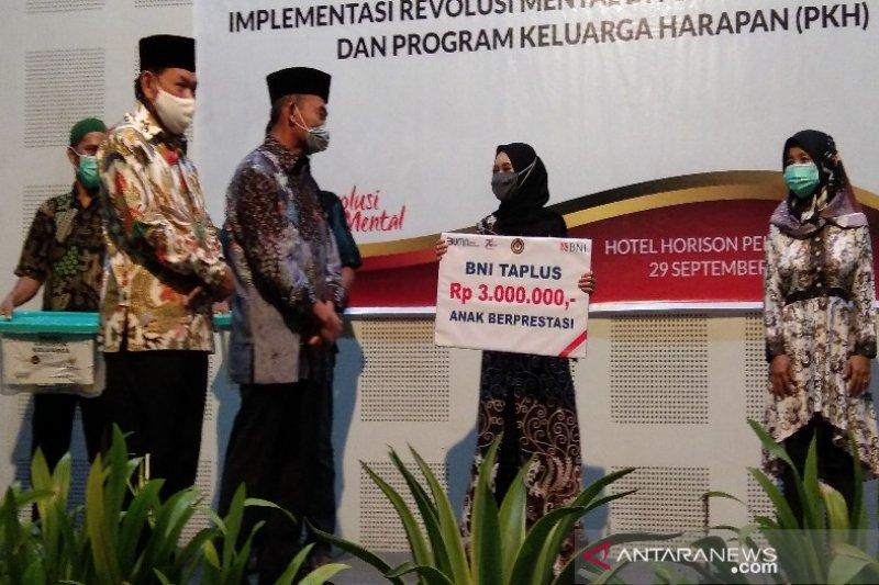 Menko Pmk Berikan Penghargaan Kpm Naik Kelas Di Pekalongan Antara News Sulawesi Utara