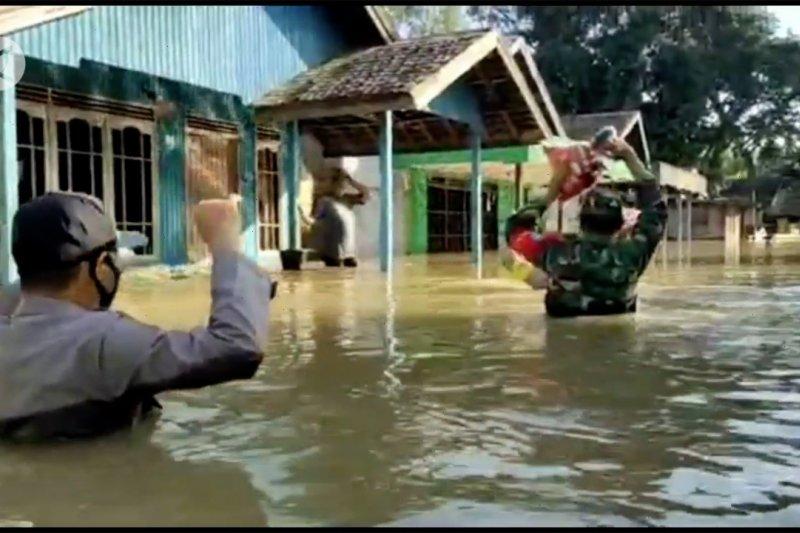 TNI-Polri bagikan sembako untuk korban banjir Kalteng
