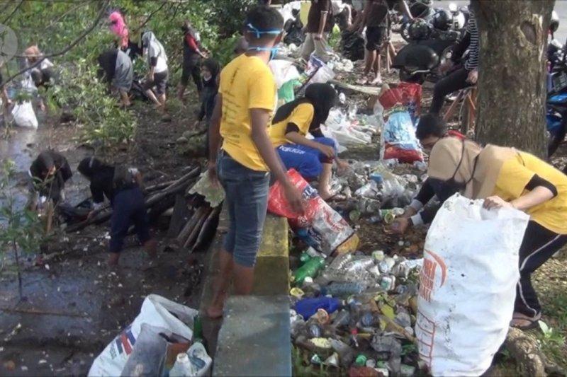 Anak muda Ambon bersihkan pesisir pantai Poka