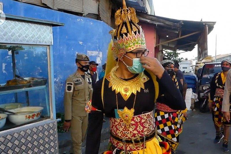 Bupati  Temanggung kenakan baju wayang sosialisasi wajib pakai masker