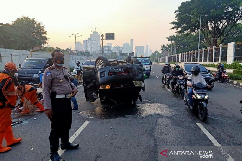 Mobil tabrak trotoar, terguling di dekat Gedung DPR/MPR RI