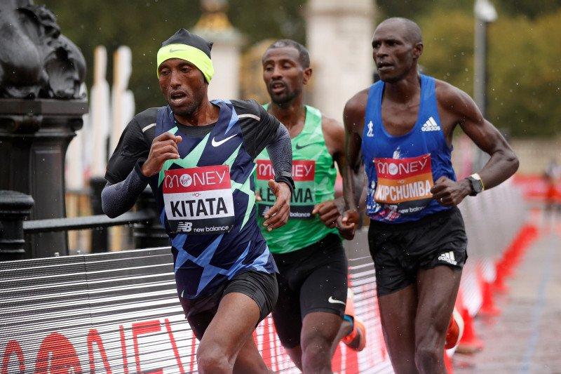 Kitata sprint menuju finis untuk juarai London Marathon
