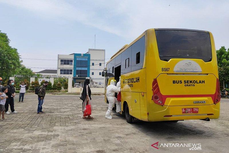 Lima pengemudi bus sekolah terpapar COVID-19 dievakuasi ke Wisma Atlet
