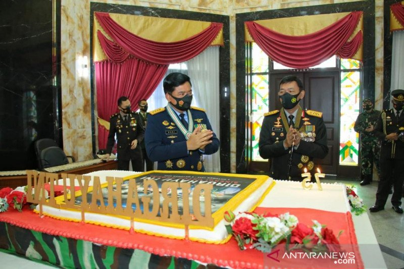 HUT Ke-75, Panglima TNI terima kejutan dari Kapolri