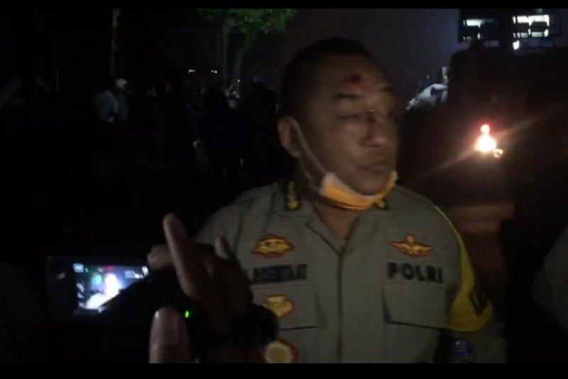 Karo Ops Polda Banten terkena lemparan batu saat pengamanan demo