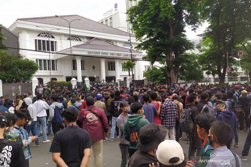 Polisi amankan 10 orang setelah aksi massa di DPRD Jabar rusuh