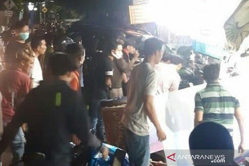 Mobil SUV tabrak sejumlah motor dan kios pedagang di Pasar Rebo