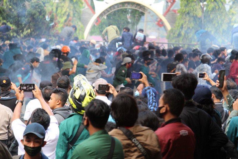 Demo tolak UU Cipta Kerja mahasiswa di Lampung berakhir ricuh - ANTARA News Kalimantan Selatan