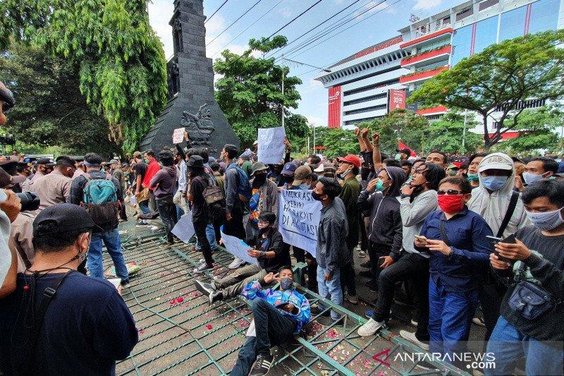 Buruh-mahasiswa jebol gerbang DPRD Jateng tolak UU Cipta Kerja