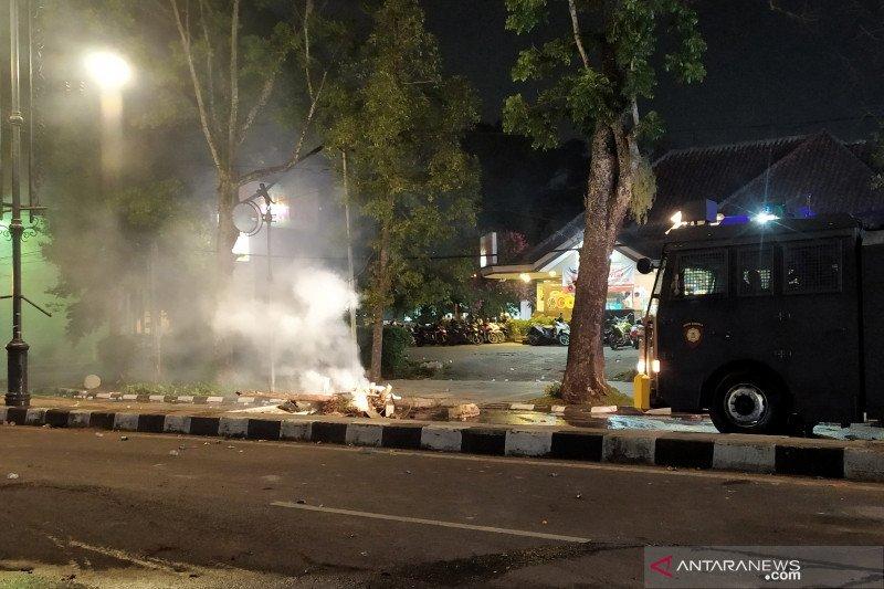 Polisi pukul mundur massa aksi di Bandung hingga ke kawasan Dago