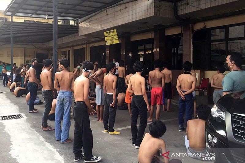 Kemarin, aksi demo terindikasi COVID-19 hingga PN Jakpus tutup 10 hari