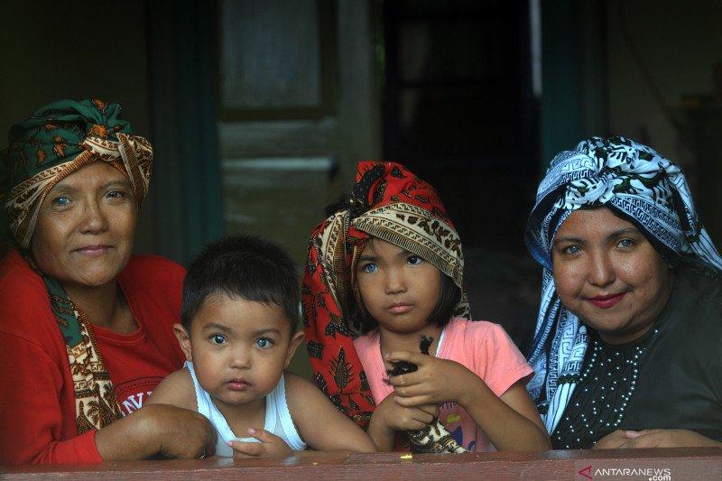 Tiga keturunan hidup bermata biru di Nagari Sungayang, Tanah Datar