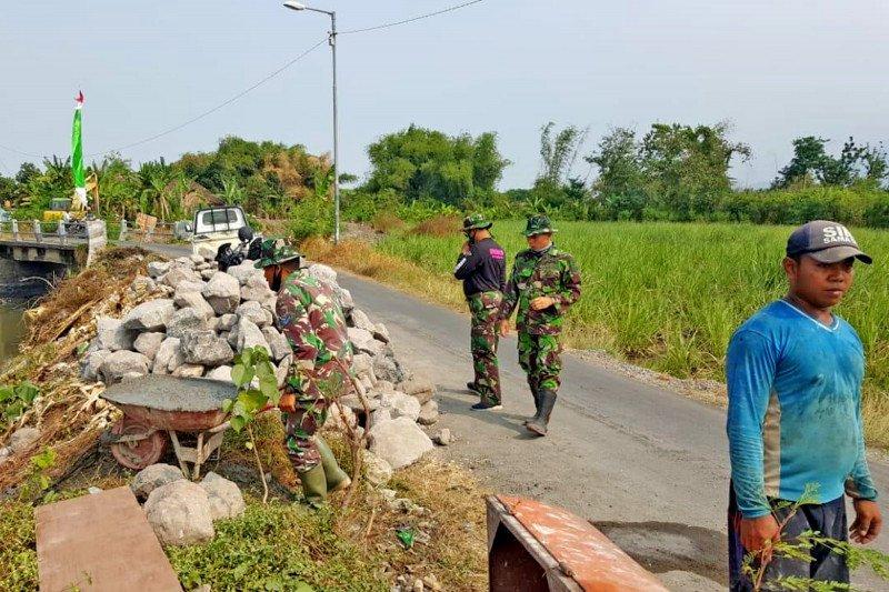Prajurit Marinir TNI-AL bantu bangun irigasi program TMMD di Sidoarjo