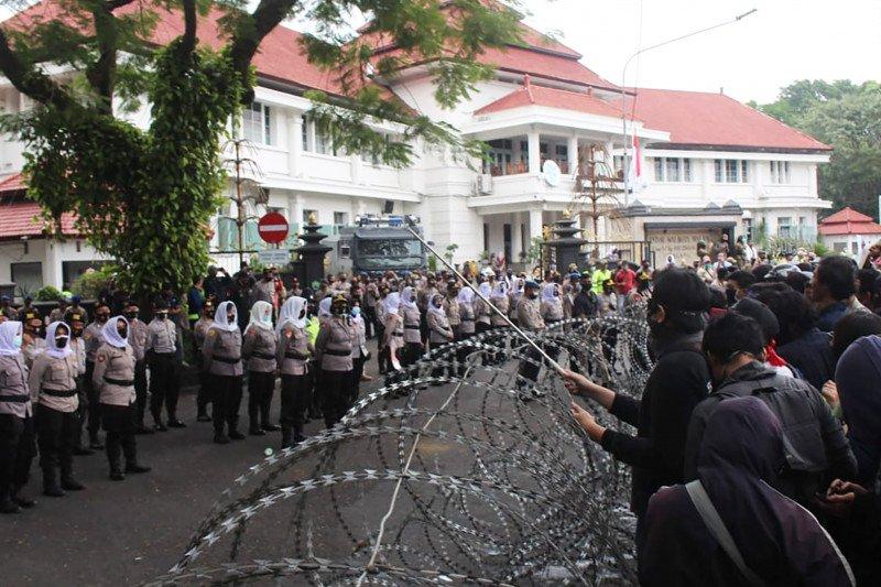 Ribuan buruh dan mahasiswa gelar aksi unjuk rasa di Kota Malang