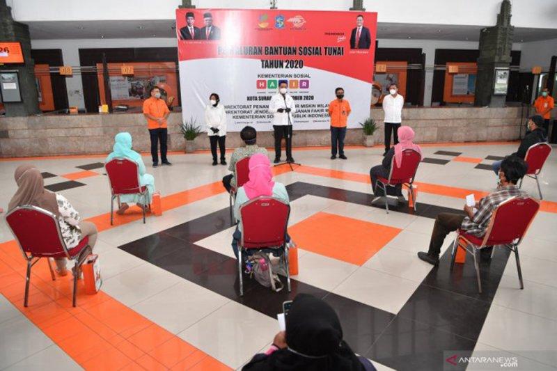 Melihat efektivitas penyaluran bansos tunai dan beras di Surabaya