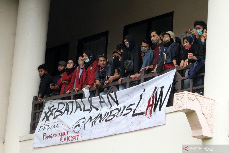 Polda tetapkan lima tersangka dalam unjuk rasa di Gedung DPRD Kalbar