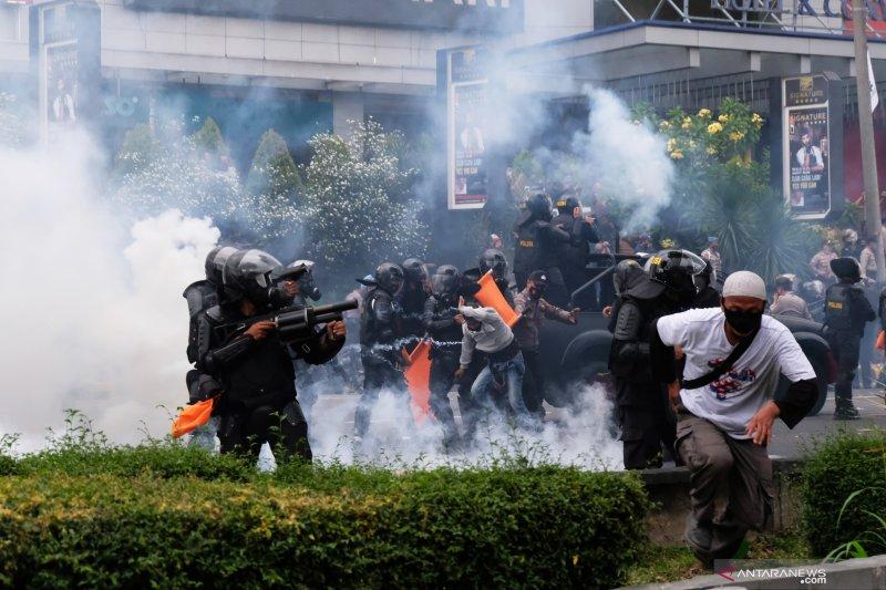 Kemarin, DPO buron ditangkap hingga pelajar demo Omnibus Law bebas