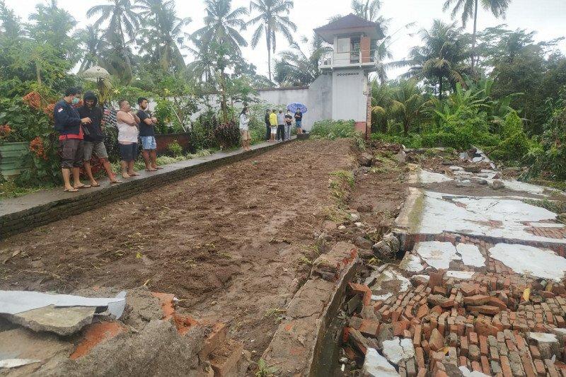 Dilanda hujan deras, tembok rumah tahanan di Kabupaten Bangli ambruk