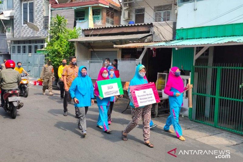 Kader Dasawisma Kelurahan Krukut lakukan ronda sosialisasikan 3M