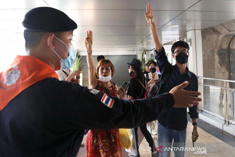 Ratusan pemrotes di Thailand tentang peringatan di Bangkok