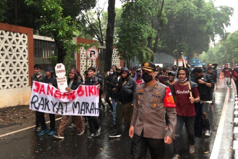 Kapolres Jaksel basah kuyup kawal mahasiswa bubarkan diri usai aksi