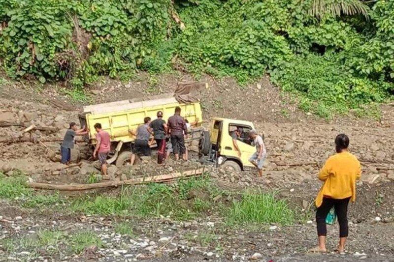 Poso diterjang longsor dan banjir, akses jalan darat putus