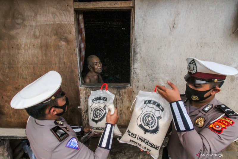 Bantuan sosial polisi untuk warga kurang mampu