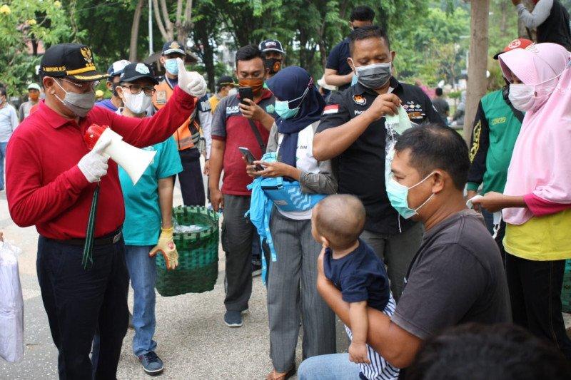 Ikut bersihkan sampah, warga Sidoarjo-Jatim diberi masker gratis