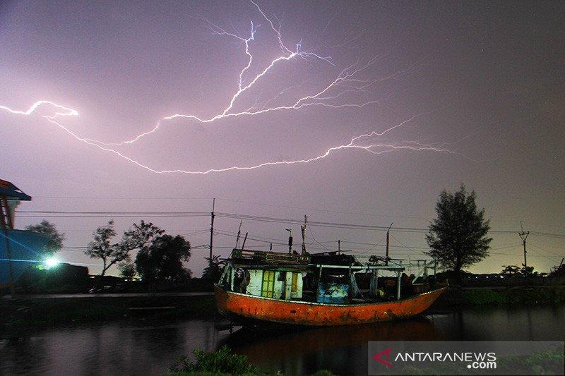 BMKG prakirakan hujan disertai petir di sejumlah wilayah Indonesia