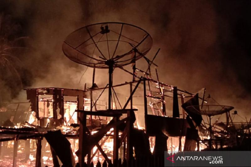 Rumah Betang Dayak Taman Kapuas Sayut Kapuas Hulu terbakar