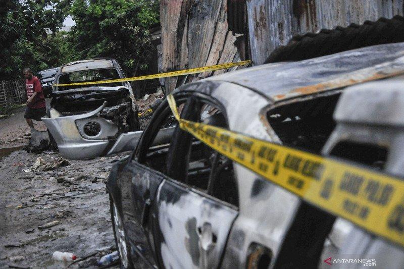 Diduga terpercik bara rokok, 15 mobil di sebuah bengkel terbakar