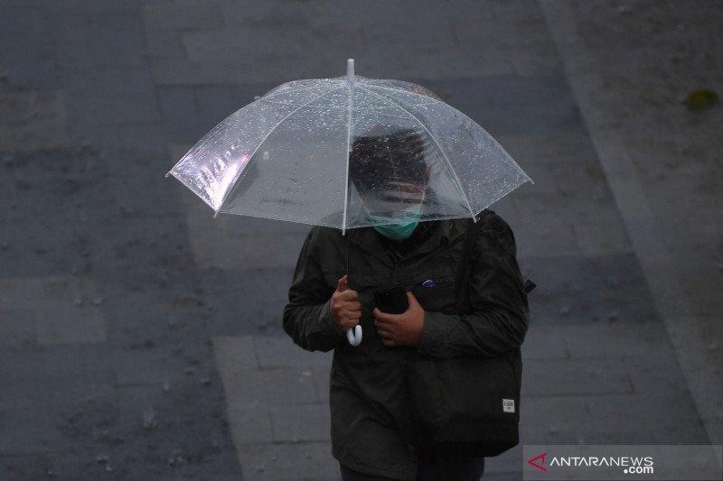 Sebagian besar Jakarta diprediksi hujan Ahad siang