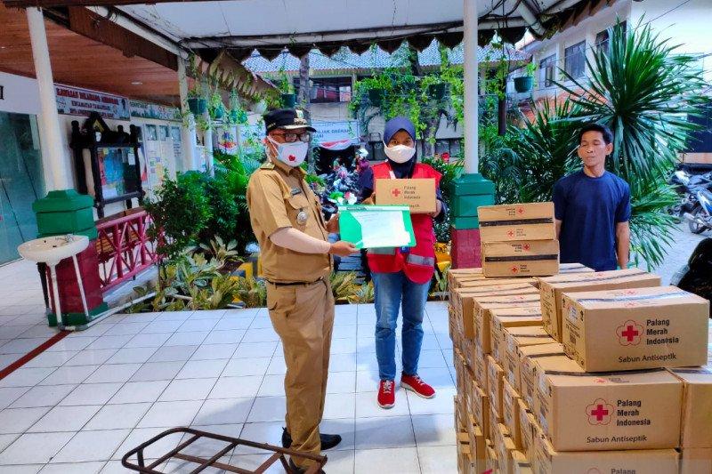 PMI Jakbar bagikan 43.200 paket sabun dukung kampanye cuci tangan