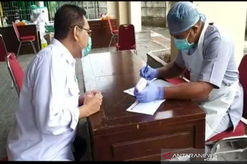 Bawaslu Surakarta tes cepat COVID-19 seratusan anggotanya